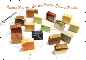 Un assortiment de Savons-Ficelles avec des couleurs et des parfums variés, des huiles essentielles nombreuses, des savons saponifiés à froid